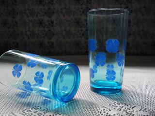 ブルーガラスの花柄タンブラー
