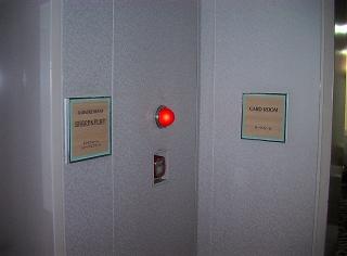 新しい「カードルーム」は「カラオケルーム」の隣