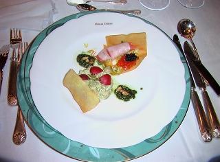 一枚目の前菜「帆立貝柱のカレー風味クリームのサークルとソフトサーモンと新鮮野菜のシガー仕立てジェノバオイル添え」