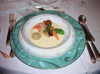 二枚目の前菜「鯛のソテーと海老のブイヨン煮・軽い煮野菜のスープ仕立て」