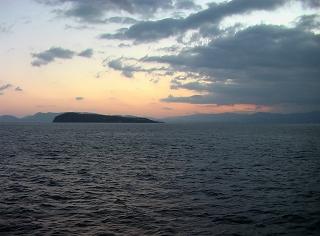 香川県の最西端、伊吹島沖を北上中