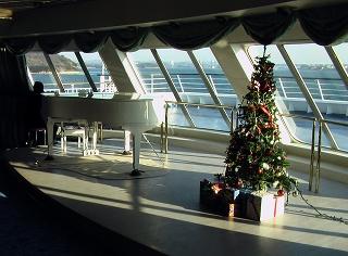 オブザベーションラウンジ内のクリスマスツリーとピアノ