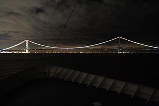 ライトアップした明石海峡大橋を通過