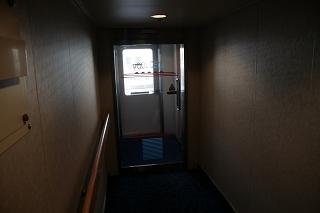 プールデッキへ出る扉は自動ドア