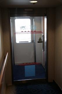 プールデッキの自動ドア