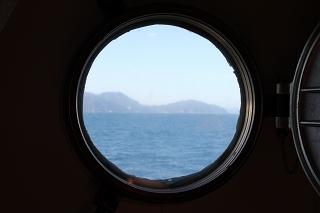 「ステートC」の丸窓から。