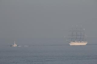 サンポート高松沖を航行する「帆船・海王丸」
