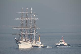 サンポート高松沖に到着した「帆船・海王丸」
