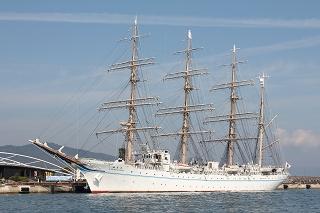 サンポート高松に停泊中の「帆船・海王丸」