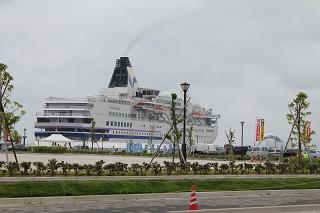 輪島港を一時出港する「ぱしふぃっくびいなす」