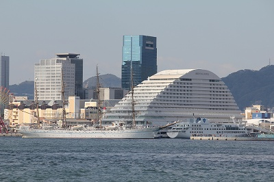 神戸港第一突堤を出港する「帆船・海王丸」