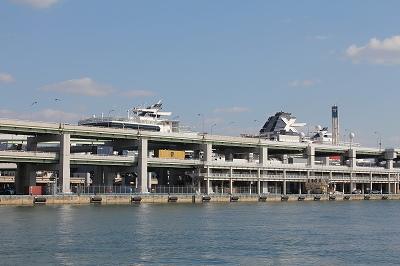 ポートターミナルに停泊中の「CELEBRITY MILLENNIUM」。