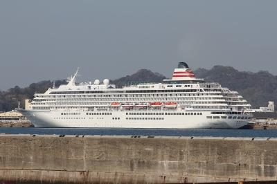 松山外港に停泊中の「飛鳥�」。