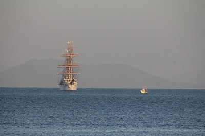 観音寺沖の「帆船・海王丸」。