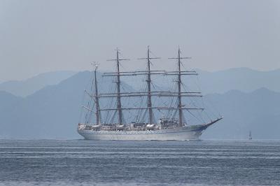 箱崎公園沖を航行する「帆船・海王丸」。