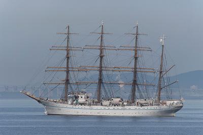 粟島沖に停泊する「帆船・海王丸」。