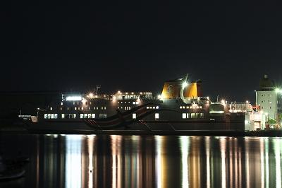 東予港に停泊中の「おれんじフェリー」。