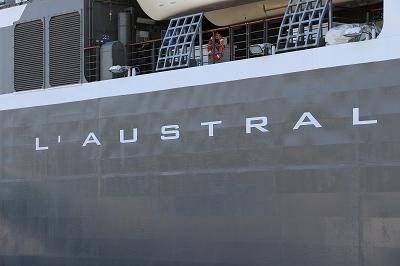 「L'AUSTRAL」の船体側面の船名。