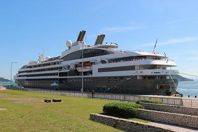 クルーズポート・ウノに停泊中の「L'AUSTRAL」を船尾側から。