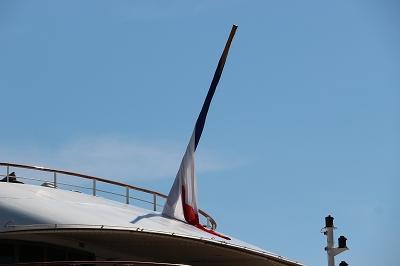 「L'AUSTRAL」の船尾のフラッグ。