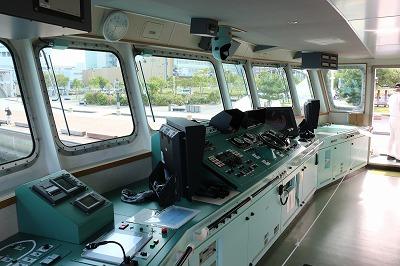 「海面清掃兼油回収船・美讃(びさん)」の操舵室。