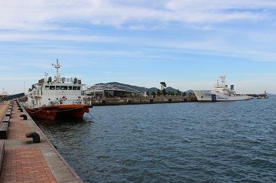 「海面清掃兼油回収船・美讃(びさん)」と「巡視船とさ」の並び。