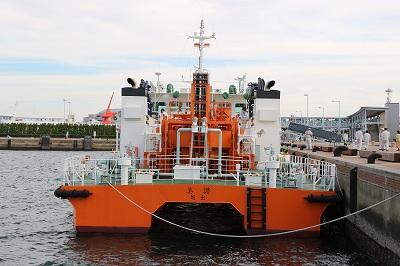 「海面清掃兼油回収船・美讃(びさん)」船尾側より。