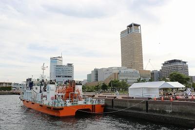 「海面清掃兼油回収船・美讃(びさん)」船尾側と高松シンボルタワー。