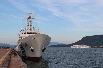 サンポート高松に停泊中の「巡視船とさ」と高松港へ入港するフェリーの並び。