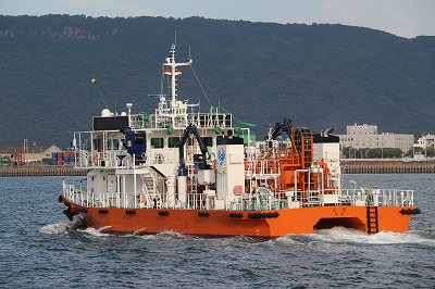 高松港を出港する「海面清掃兼油回収船・美讃(びさん)」。