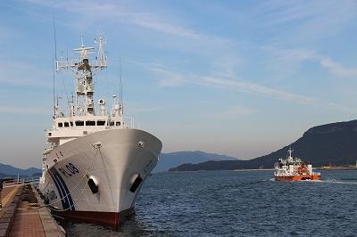 サンポート高松に停泊中の「巡視船とさ」と「海面清掃兼油回収船・美讃(びさん)」。