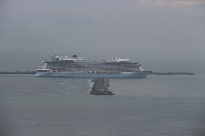 高知新港に入港する「OVATION OF THE SEAS」。