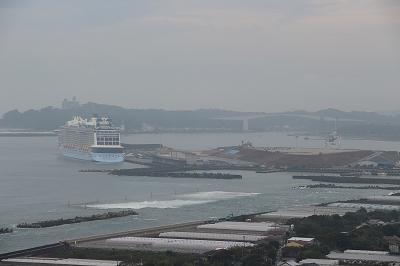 高知新港に停泊中の「OVATION OF THE SEAS」。