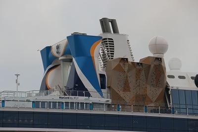 「OVATION OF THE SEAS」の上部デッキ構造物。