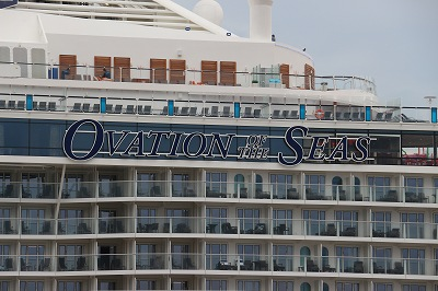 「OVATION OF THE SEAS」の船体側面の船名。