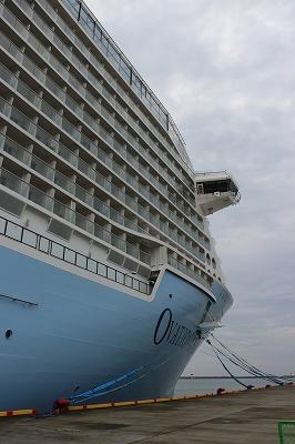 「OVATION OF THE SEAS」の船首付近を後ろから。