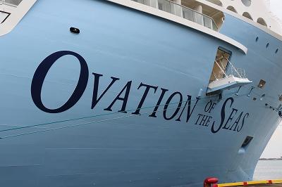 「OVATION OF THE SEAS」の船首部分の船名。