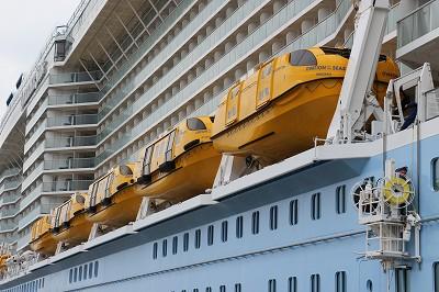 「OVATION OF THE SEAS」のテンダーボート(船首側)。