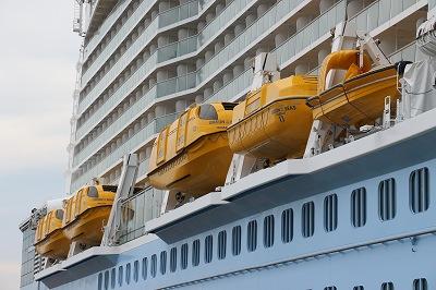 「OVATION OF THE SEAS」のテンダーボート(船尾側)。