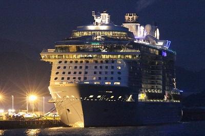 高知新港の大型客船対応岸壁に停泊中の「OVATION OF THE SEAS」。