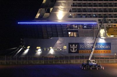 「OVATION OF THE SEAS」の船尾のライトアップ。