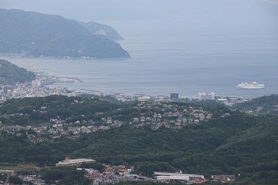 大室山から見た伊東沖に錨泊する「ぱしふぃっくびいなす」