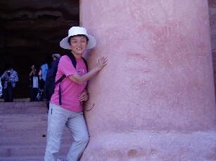 岩盤のペトロ遺跡の大きな柱にしがみついてる私