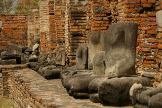 頭部がない仏像たち