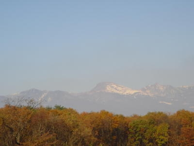 山の上には、雪が残っています。