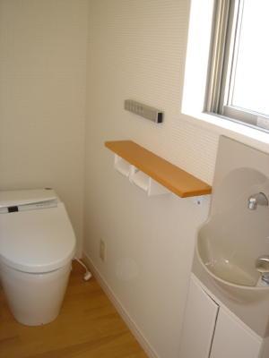 清潔感のある白でまとめた トイレです。
