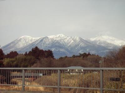 昨日の雪で、山が真っ白…のろしのごとく噴煙が上がっています。