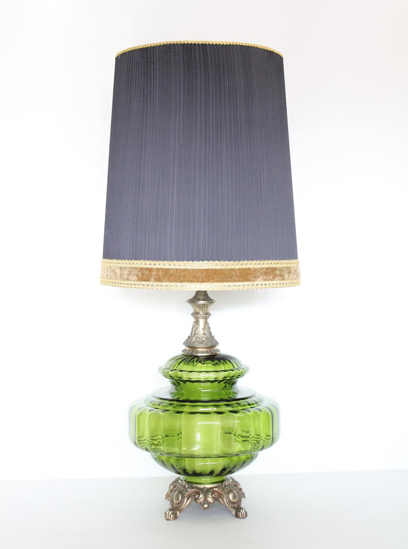 ガラスの台座のテーブルランプ。ガラスの中も光ります。
