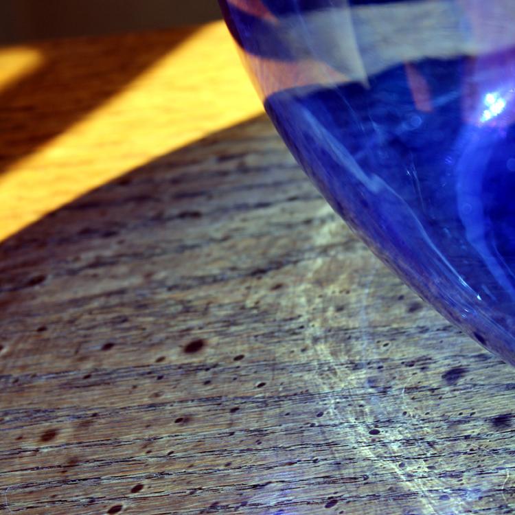 青いガラスボトルの美しい影