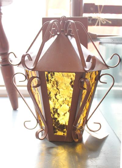 黄色いガラスのウォールランプ 傘付き
